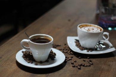 Tassen mit Espressobohnen
