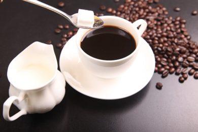 Würfelzucker im Kaffee