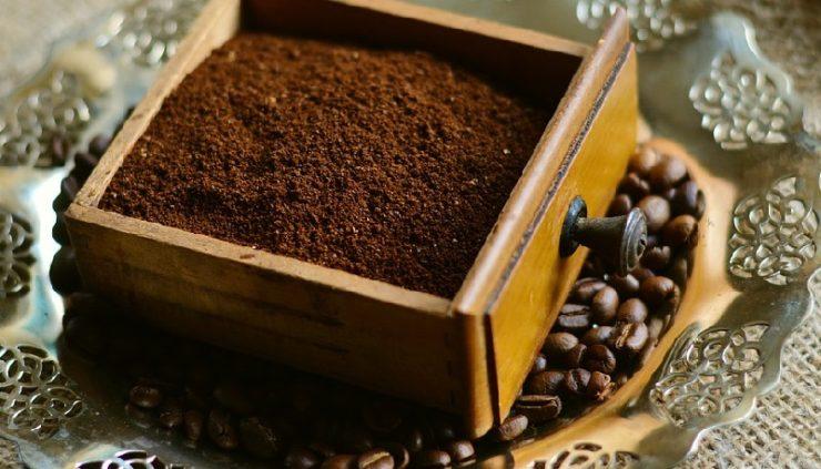 Kaffeepulver um Kapseln nachzufüllen