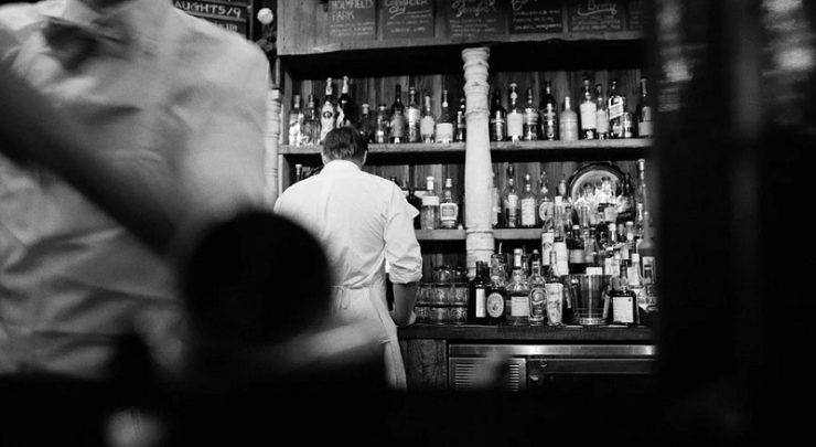 Barkeeper an Theke