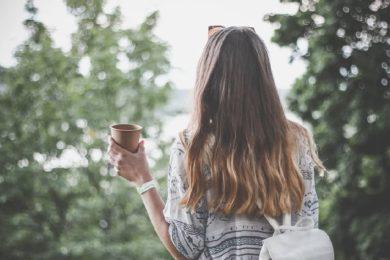 Frau mit Kaffeebecher