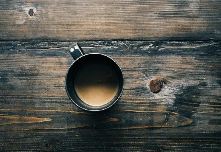 Kaffeebecher auf Tisch